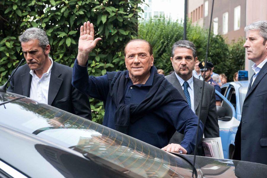 Silvio Berlusconi est sorti de l'hôpital, trois semaines après avoir été opéré à coeur ouvert.
