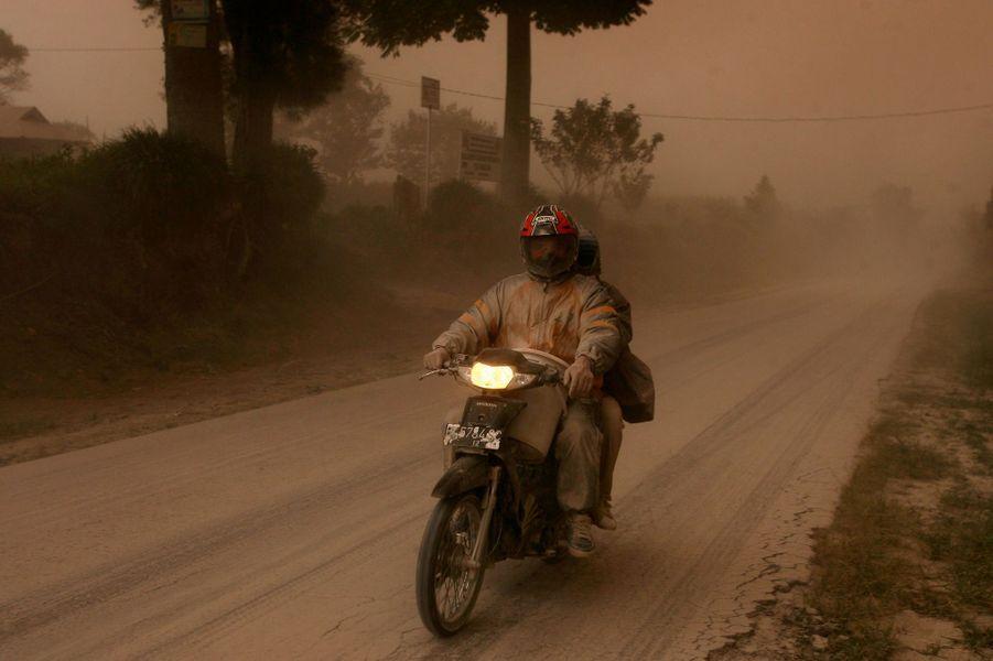 Dans les cendres du Mont Sinabung.