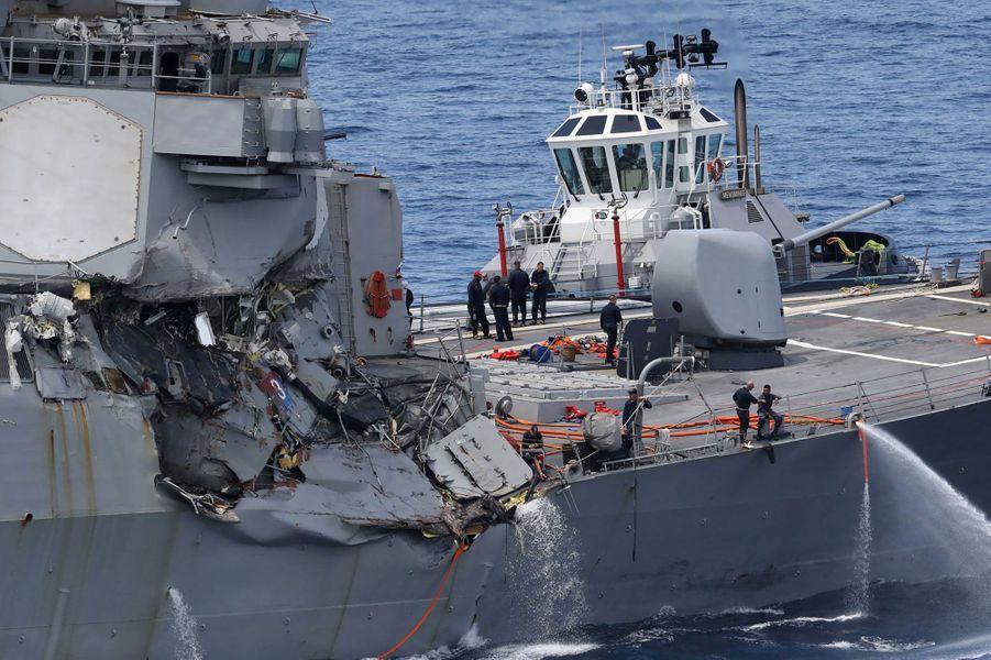 Le «Fitzgerald» a subi de lourds dégâts : il a été endommagé sur son côté tribord, au dessus et au dessous de la ligne de flottaison.