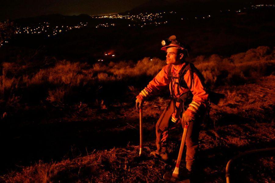 Plus de 2000 pompiers luttent contre les flammes qui menace toujours la région de Malibu, près de Los Angeles.