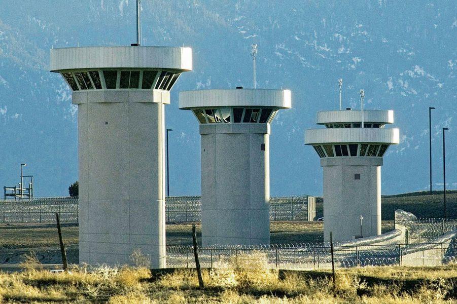 Miradors de la prison fédérale à sécurité maximum de Florence (ADX). Ouverte en 1994, elle abrite 402 détenus à l'isolement complet.