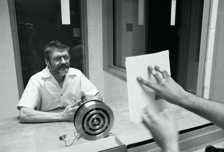 Theodore Kaczynski au parloir, autorisé à donner une interview au « Time Magazine » en 1999. De 1978 à 1995, « Unabomber » a envoyé 16 lettres piégées faisant 3 morts et 23 blessés.