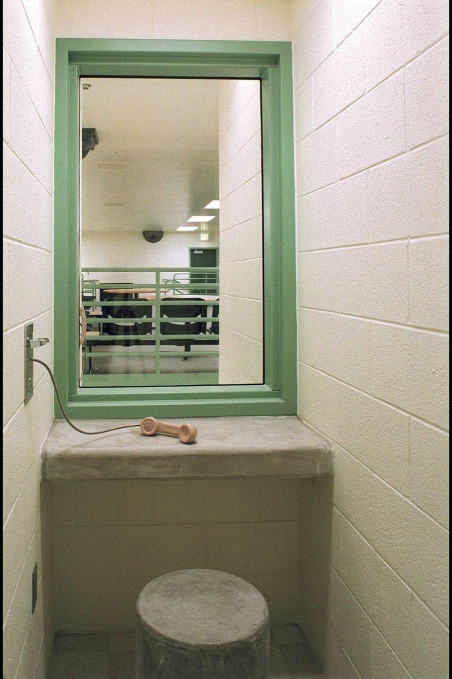 Les détenus n'ont droit qu'à un appel par mois. Ils peuvent en « gagner » d'autres pour « bonne conduite ».