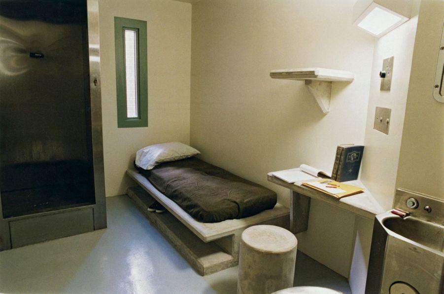 La cellule de 7 m2. A gauche, la cabine de douche. Le lit, la table, la tablette et le tabouret sont moulés dans le béton