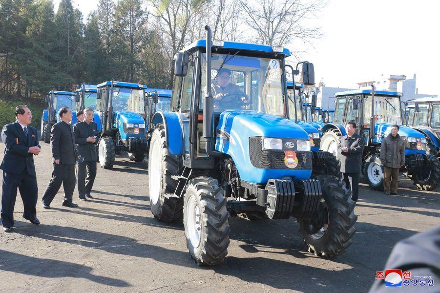 Kim Jong-un lors de la visite d'une usine de fabrication de tracteurs, sur des photos diffusées le 15 novembre 2017.
