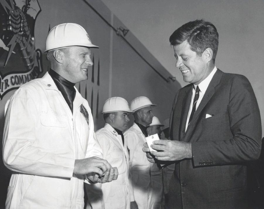 En mars1962, le président Kennedy assiste au lancement de l'un d'entre eux, sur la Vandenberg Air Force Base, en Californie.