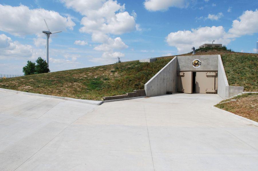 L'entrée du Survival Condo, au Kansas. Datant de la guerre froide, ce site de stockage de missiles a été reconverti en immeuble souterrain.