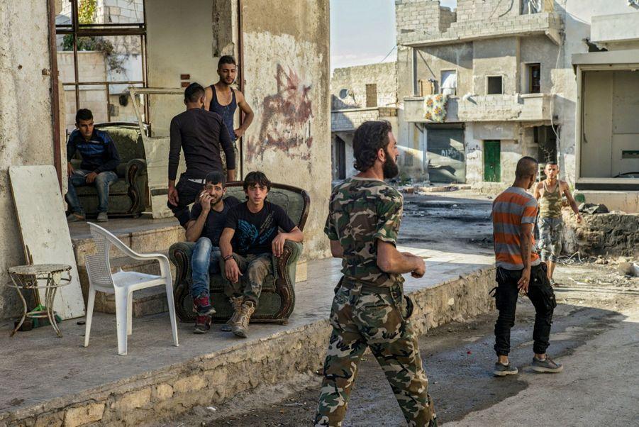 Le 22 septembre, un poste de garde loyaliste. Les soldats syriens ressemblent davantage à des miliciens qu'à des membres d'une armée régulière.
