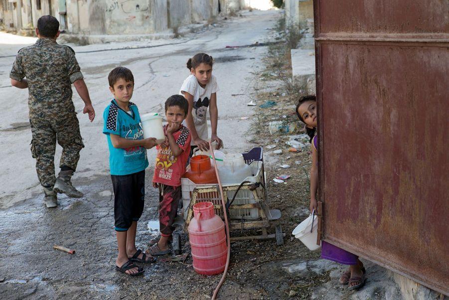Quartier de Bani Zeid. Les canalisations ont été sabotées par les rebelles. Les enfants sont chargés de la corvée d'eau.