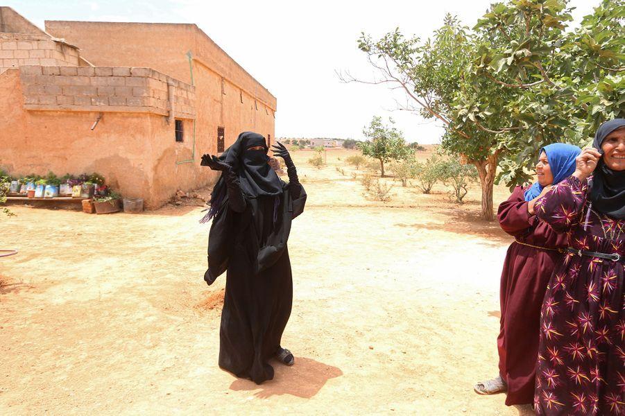 En Syrie, elle retire son niqab après avoir fui Daech.