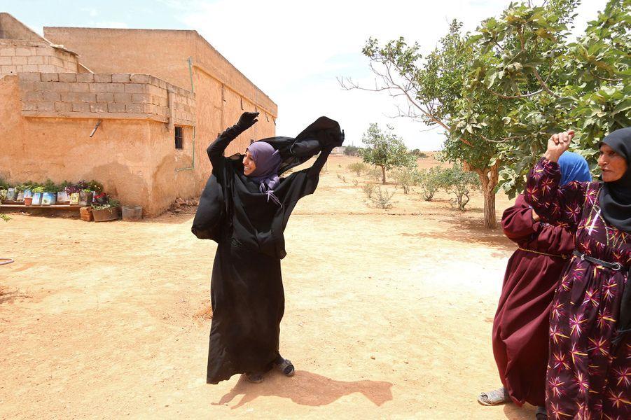 Syrie: elle fuit Daech et retire son niqab