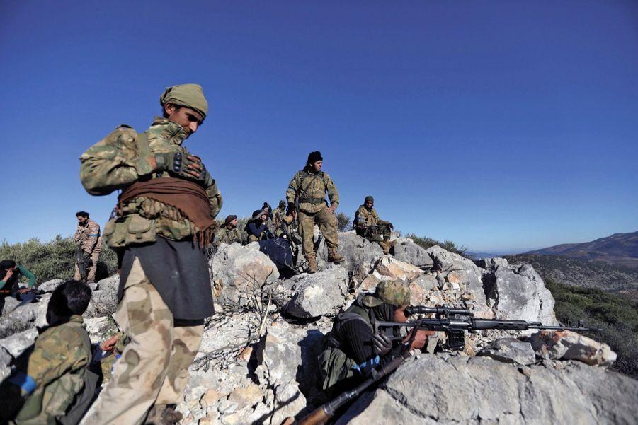 Des combattants de l'Armée syrienne libre, soutenue par la Turquie, à proximité de la cité d'Afrin.