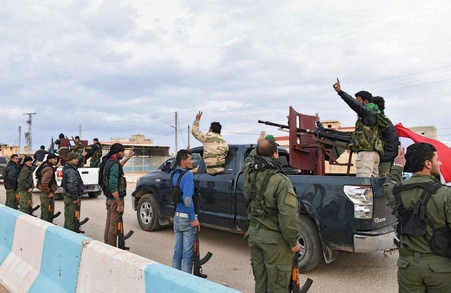 Le 20 février. Convois de combattants proches du régime ralliant les forces kurdes dans la région d'Afrin, dans le nord de la Syrie.
