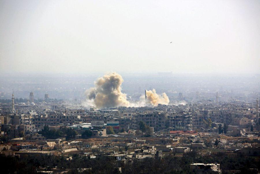 Le 21 février. Frappe sur Harasta, au nord-est de Damas. On distingue un missile dans le ciel.