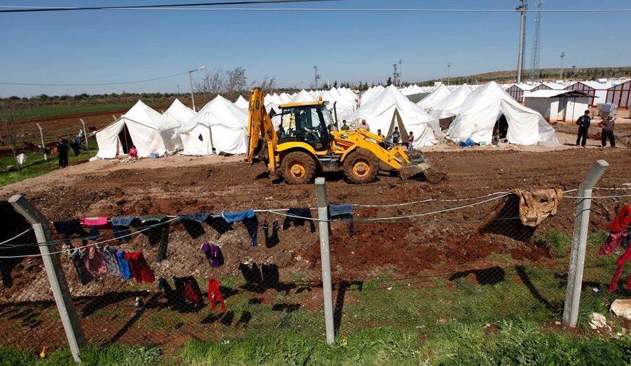 Des bulldozers font de la place pour les futures tentes, avant l'arrivée de nouveaux réfugiés.