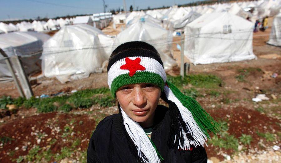 Reyhanli est un camp de réfugiés situé dans la province de Hatay, en Turquie. Depuis un an que durent les révoltes, les Nations Unies estiment à 34.000 le nombres de Syriens ayant fui leur pays, dont près de 15.000 rien qu'au camp de Reyhanli, et évaluent que 200 à 300 Syriens traversent la frontière pour passer en Turquie tous les jours. Au lendemain de l'acceptation du plan de Kofi Annan par le régime de Bachar al-Assad, qui prévoit l'arrêt des violences, l'accès de l'aide humanitaire et la fin des détentions arbitraires, les chars de l'Etat sont toujours présents. Retour en images sur la vie au sein de Reyhanli.