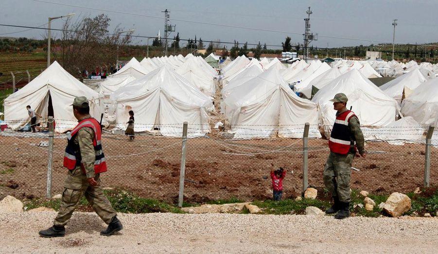 Des officiers de l'armée turque patrouillent autour du camp pour en assurer la sécurité.