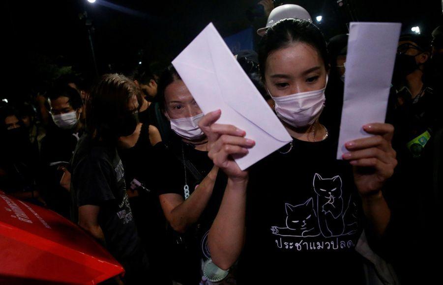 Les contestataires ont déposé dans des poubelles reconverties en boîtes aux lettres artisanales des centaines de lettres de revendication destinées au roi Maha Vajiralongkorn.