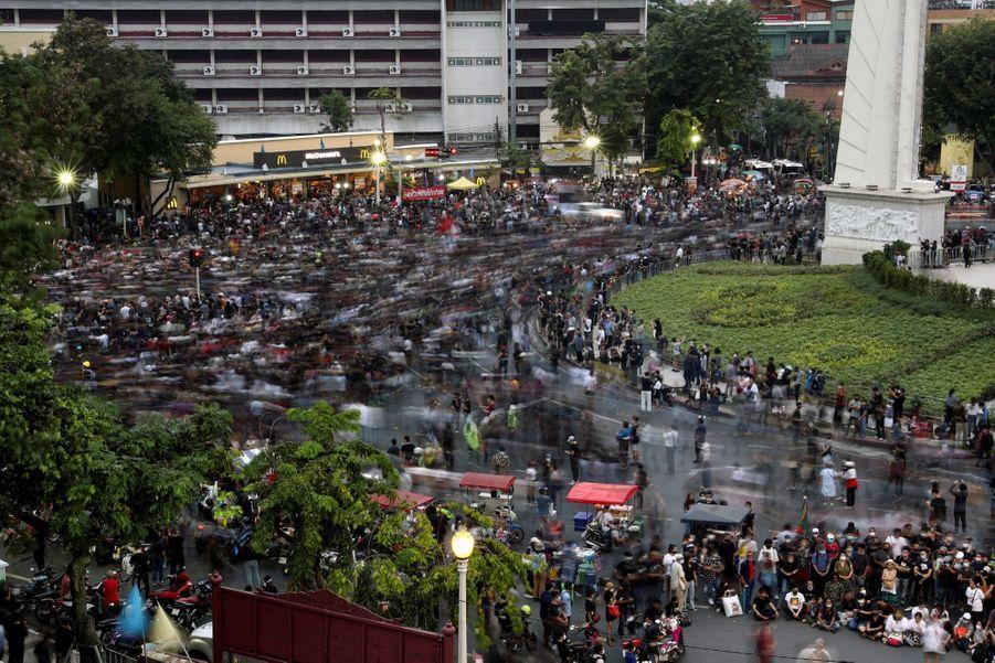 Des milliers de manifestants se sont rassemblés dimanche 8 novembre près du Grand Palais à Bangkok pour exhorter le roi à entamer le dialogue sur une réforme de la monarchie et réclamer la démission du Premier ministre.