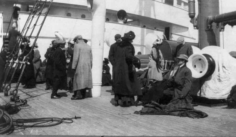 Les survivants, démunis après le drame qu'ils viennent de vivre, attendent sur le Carpathia.