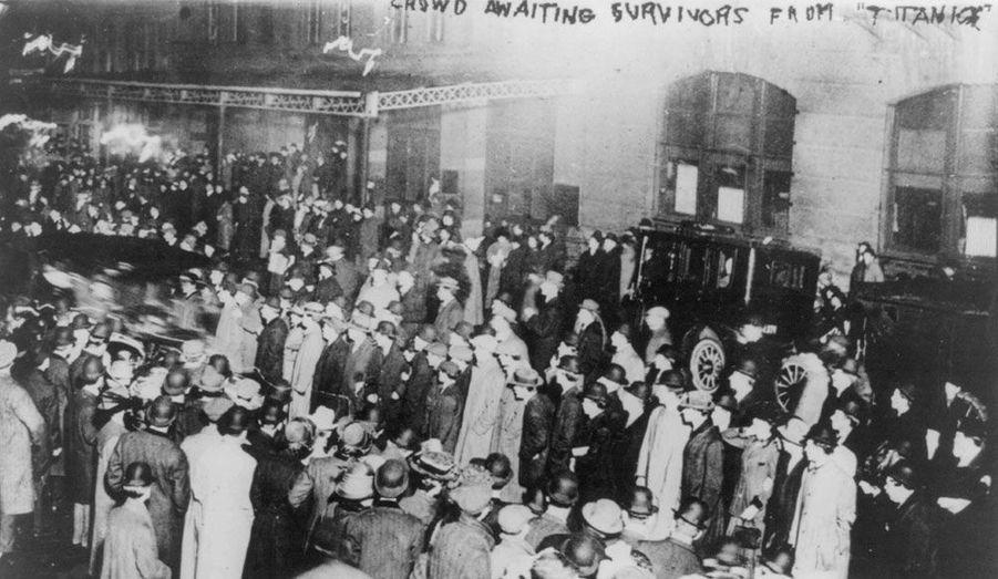 Une foule attend à New-York l'arrivée du Carpathia.