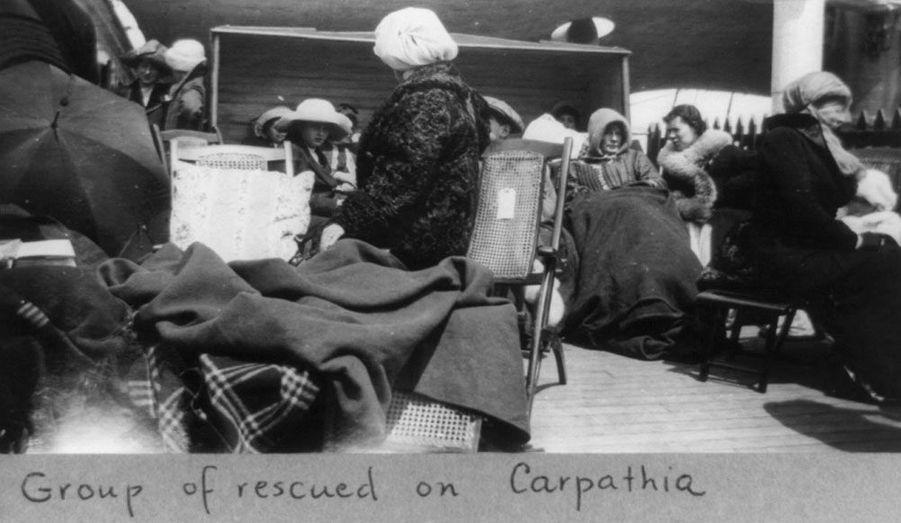 Après avoir passé plusieurs heures dans la nuit glaciale, les survivants se réchauffent à bord du Carpathia.