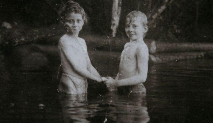 Ruth Stevely pose avec son cousin germain Dan Marvin, qui a perdu la vie sur le Titanic. A l'âge adulte, Dan Marvin s'est rendu sur le paquebot avec Mary, sa femme enceinte.