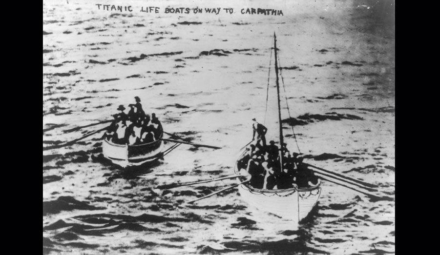 Réputé insubmersible, le Titanic a pourtant coulé après avoir heurté un iceberg. Pendant de longues heures, près de 700 passagers ont attendu l'arrivée des secours sur les canots de sauvetage.