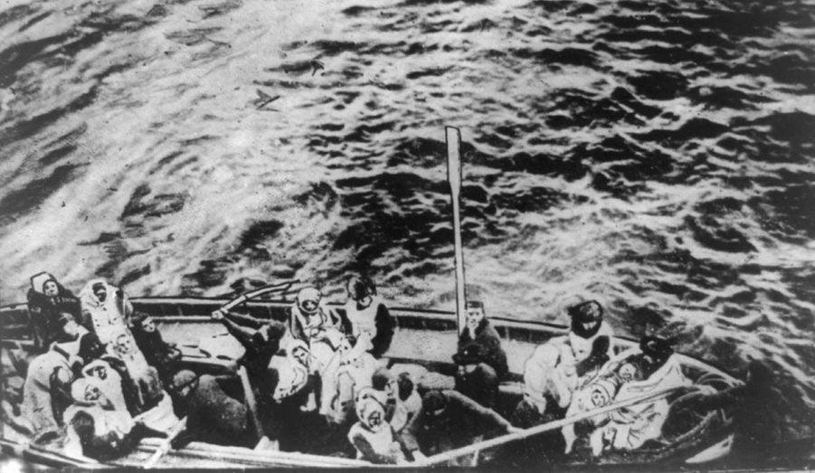 Les rescapés attendent de pouvoir monter à bord du Carpathia, le paquebot venu récupérer les survivants du Titanic.