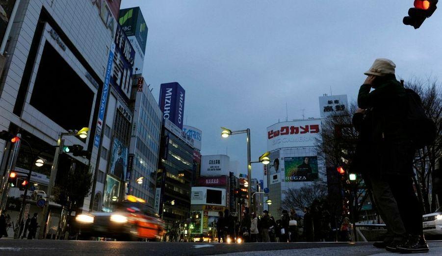 Le quartier de Shibuya est méconnaissable. La frénesie colorée a laissé place à une vision plus fantomatique. Les gens restent cloîtrés chez eux de peur d'une contamination radioactive.