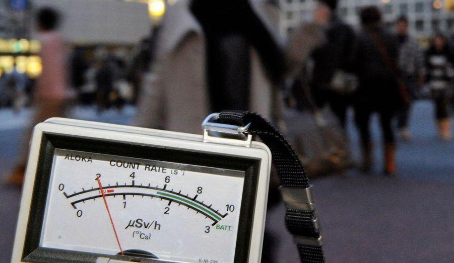 Alors qu'une violente réplique a encore plongé le Japon dans l'effroi, les habitants de Tokyo vivent dans l'angoisse des premières radiations. Les mesures de la radioactivité à Tokyo ont indiqué des taux supérieures à 10 fois la normale.Diaporama réalisé par Yannick Vely.