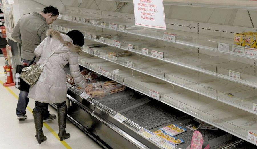 De nombreux rayons de supermarché restent désespérément vides à Tokyo.