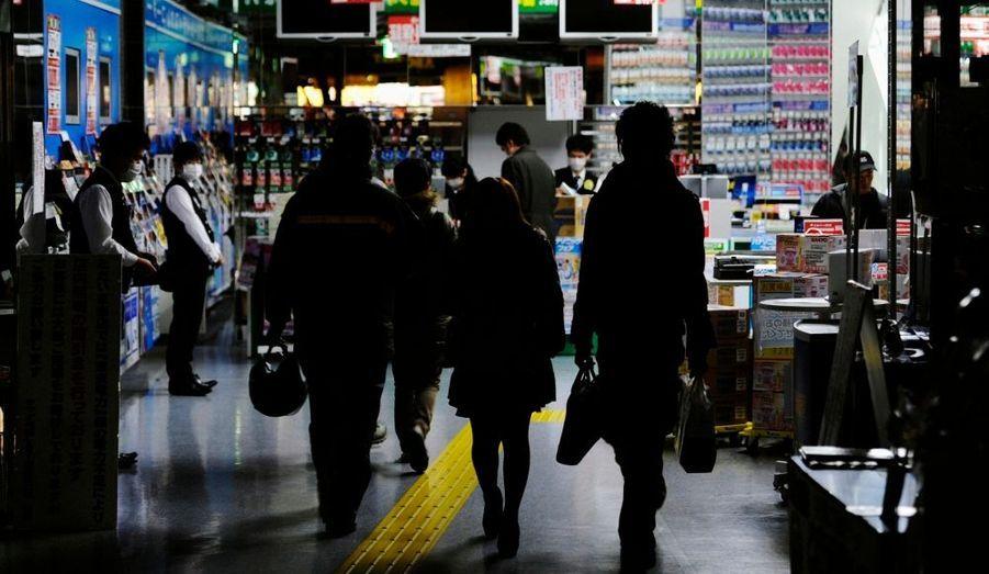 La capitale nippone aux 12 millions d'habitants doit vivre en économisant son électricité, alors que de nombreuses centrales nucléaires ne fonctionnent plus.