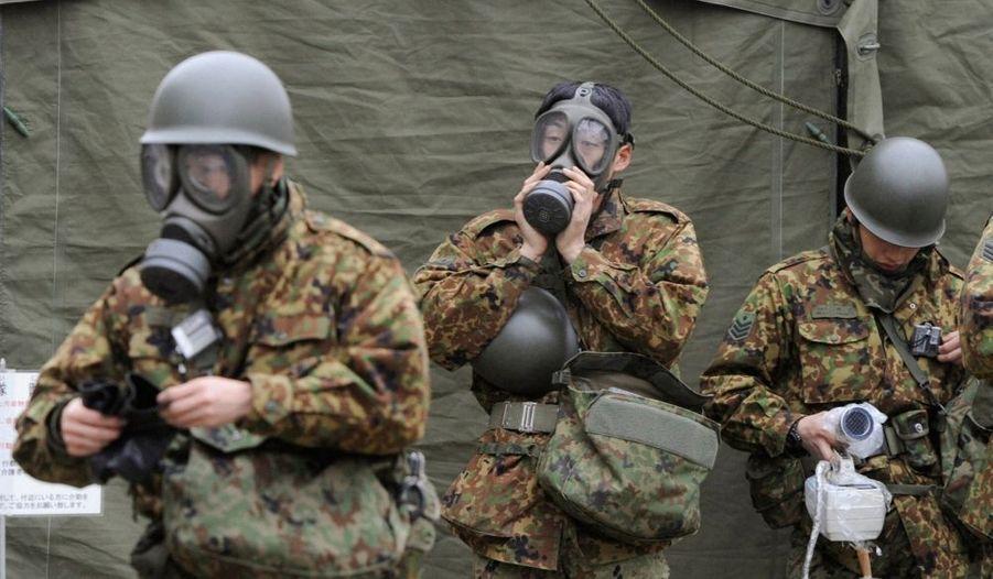 Des officiers de la Japan Self-Defense Force se préparent à intervenir dans la zone de Nihonmatsu, à la préfecture de Fukushima.