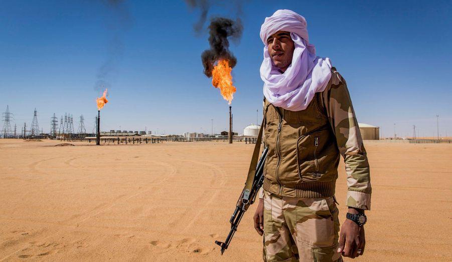 Un militaire de la Katiba Tenere patrouille devant la Akakus Oil Operations, le troisième site pétrolier de Libye.