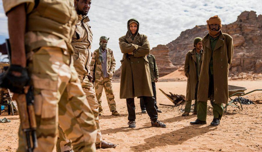 Au sud-ouest de la Libye, les Touareg défendent l'indéfendable. Empêcher les djihadistes qui fuient le Mali de remonter vers Benghazi, Tripoli ou d'établir de nouveaux bastions dans la région relève de l'impossible. Les soldats manquent de tout, et le gouvernement de transition, méfiant, refuse de leur offrir un soutien logistique. La situation est explosive. Cette terre qui attirait les touristes du monde entier est devenue une poudrière où les trafics alimentent les avancées islamistes. Les Touareg demandent aujourd'hui des armes, des passeports et leur autonomie. Le droit de préserver leur culture et de profiter de leur terre. Ils ne veulent surtout pas suivre l'exemple malien : ils savent qu'un recours à la violence ne fera que renforcer l'implantation d'Aqmi. Ils en appellent à la communauté internationale.Ci-dessus, la brigade Chouahada Isseyan garde la frontière algérienne dans la base d'Innamanana.