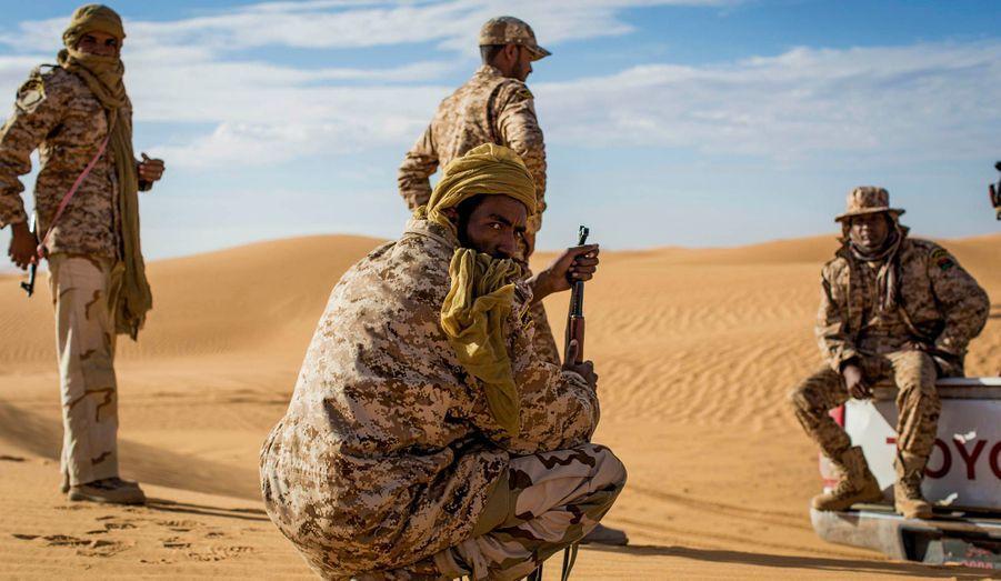 Les soldats de la Katiba 191 dirigée par le colonel Albadi. Les soldats diluent l'ennui dans les thés bus sous le soleil, dans les gestes répétés. Dégonfler, regonfler les pneus des voitures inadaptées qui s'ensablent. Scruter, encore et encore, les crêtes des dunes déplacées par le vent pour retrouver le chemin.
