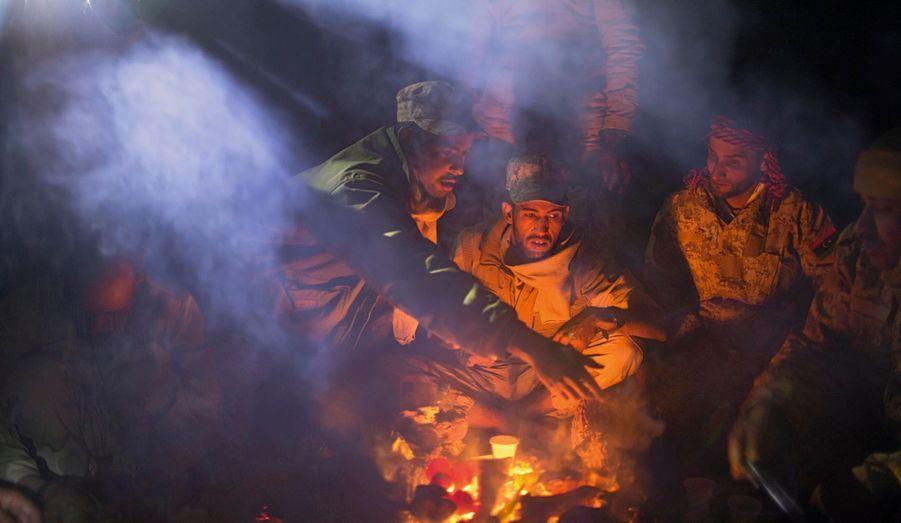 Comme le veut la coutume, pour nos journalistes, les soldats préparent une soupe d'abats de mouton dans l'estomac de l'animal.