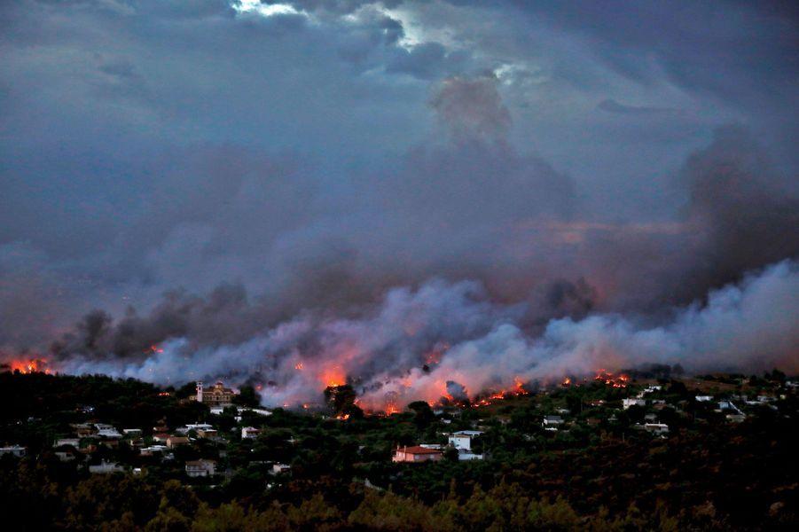 Les flammes à Rafina, près d'Athènes, en Grèce, lundi.
