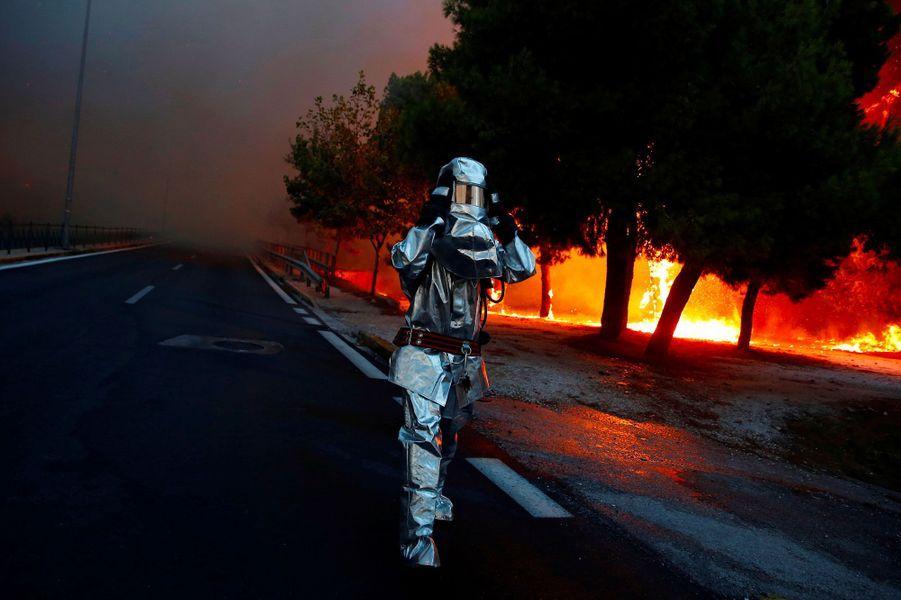 Un pompier équipé d'une combinaison de protection à Rafina, près d'Athènes, lundi.