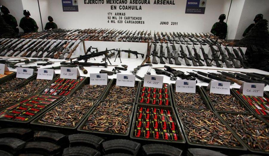 Saisie par l'Armée d'armes appartenant aux Zetas, les soldats du cartel de Sinaloa : 154 fusils et fusils mitrailleurs, des armes de poings et même un lance-roquette...