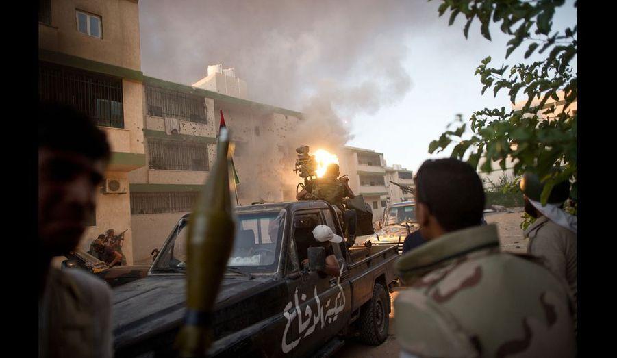 Exaspérés par le nombre de victime que leur coûte l'épuisant combat au porte à porte, les rebelles décident d'abattre les derniers kadhafistes à l'arme lourde. Il faudra plus d'une heure à la mitrailleuse lourde, au bazooka et à l'obus pour venir à bout de celui-ci.