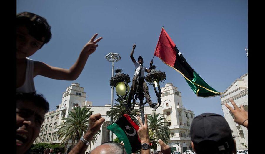 Sur la place d'Alger où les premières manifestations avaient été réprimées dans le sang en février dernier, cet homme dresse, triomphant, le drapeau de la liberté. Le combat pour reconstruire une Libye moderne et démocratique est encore loin d'être achevé.
