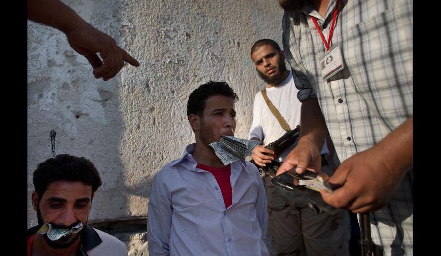Après 42 ans d'un régime tyrannique, la plupart des Libyens ne comprennent pas que certains d'entre eux puissent encore soutenir Kadhafi. Ils accusent ces hommes tout juste capturés de n'avoir qu'un seul motif: l'argent.