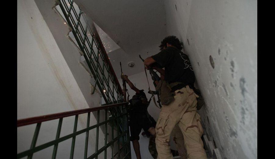 Les combats sont loin d'être finis. Dans les jours qui suivent, les rebelles doivent déloger les snippers qui sèment la terreur sur la partie sud de la ville. Réfugiés sur le toit des immeubles avec de l'eau et des munitions, certains loyalistes acharnés préfèrent mourir que se rendre.