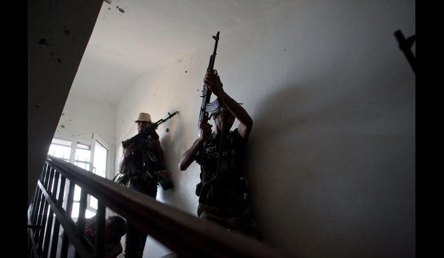 Il faut des heures de combat et des centaines de balles qui ricochent dans les cages d'escalier pour s'approcher des snippers. S'ils ne manquent pas de courage, les rebelles ne maîtrisent pas toutes les techniques du combat urbain pour en venir à bout.