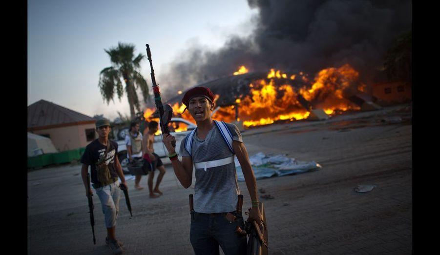 D'autres ne s'intéressent pas à la rapine mais s'acharnent plutôt sur les symboles du régime déchu. Ce jeune rebelle n'en revient pas de voir déjà flamber la tente de bédouin dans laquelle Kadhafi aimait tant poser, et qu'il avait même plantée dans Paris lors de sa visite officielle en 2007.