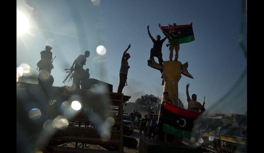 La sculpture représentant un poing dressé tenant un jet américain était le symbole le plus connu des 42 ans de pouvoir de Kadhafi. Elle est à présent criblée de balle et d'éclats d'obus. Les rebelles l'ont déboulonnée pour la rapporter comme trophée de guerre dans la ville martyre de Misrata.
