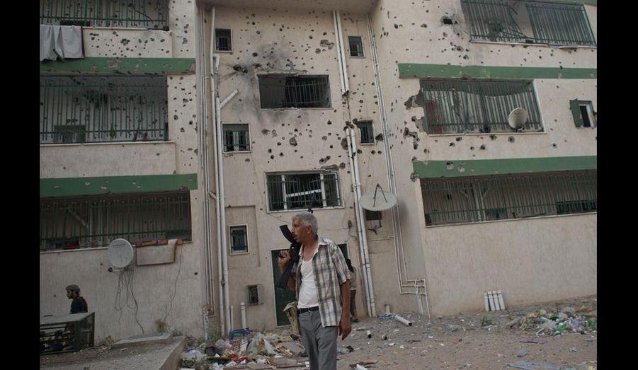 Si dans beaucoup de quartiers de Tripoli c'est déjà la liesse, dans d'autres, la capitale fait figure de ville morte. Immeubles éventrés, maisons dévastées, plus d'eau, pas d'électricité, en quelques heures à peine, la guerre a défiguré la cité méditerranéenne.