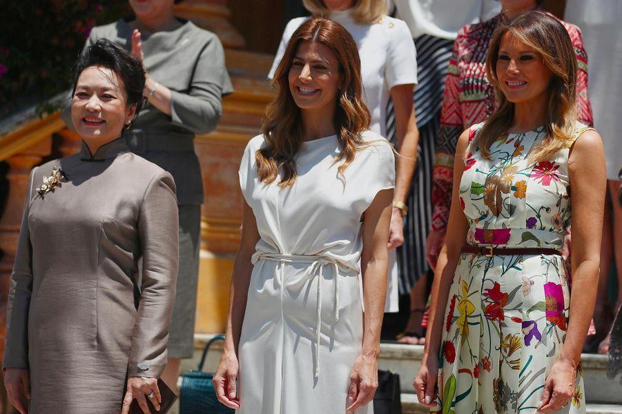Melania Trump entourée des autres épouses de dirigeants du sommet du G20 à San Isidro, le 30 novembre 2018.